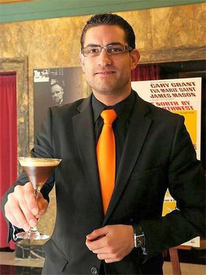 Jose Manuel, nuestro profesor de cócteles, con el Café Enigma